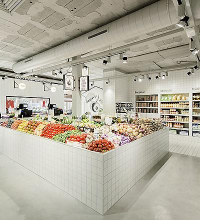 Casa Nostra Fruit Store in Barcelona  von Miriam Barrio Studio