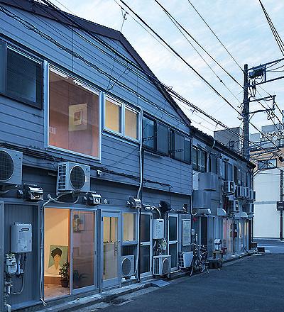 Kunstgalerie mit Studio in Yokohama von Persimmon Hills Architects