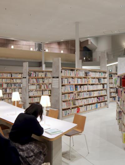 Neue Stadtbibliothek in Matsubara von MARU architecture