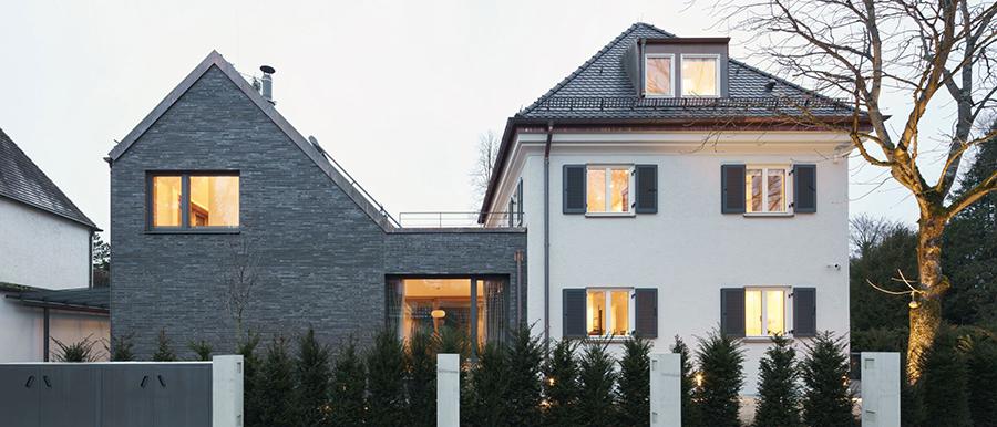 Foto eines Einfamilienhauses in Pullach mit dem Anbau von Händel Junghans Architekten