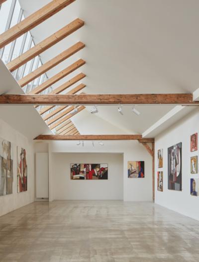 Yogastudio und Kunstgalerie in Brünn von RO_AR Szymon Rozwalka architects