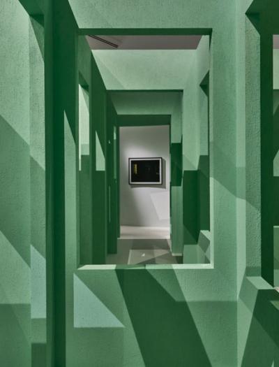 Installation in der Schirn Kunsthalle Frankfurt von Gabriel Lester & Monadnock