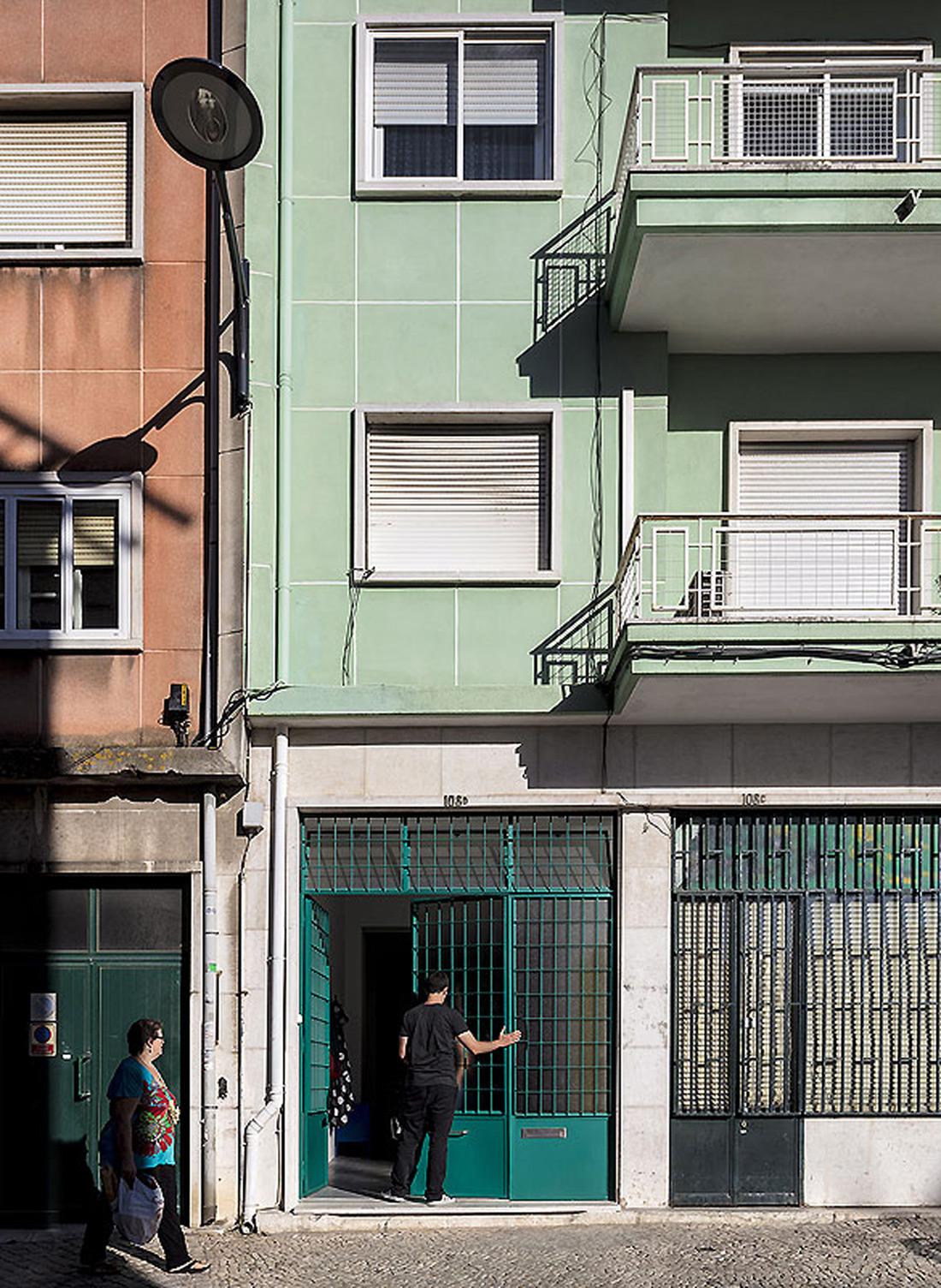 Mit Subtilen Eingriffen Entstand Aus Einer Groen Garage In Lissabon Ein  Wohnraum Fr Ein Junges Paar Die Wnde Sind In Wei Gehalten.