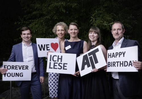 Lesen und lieben AIT - und feierten mit AIT das 125. Jahrgangsjubiläum: Marc Viardot (Laufen), Corona Feederle (feco), Irene Hanig und Christina Rieger (Lindner Group) sowie Oliver Held (Laufen).