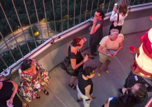 Eine willkommene Abkühlung bot sich den Gästen auf der vom Wind umtosten Aussichtsplattform des Fernsehturms.