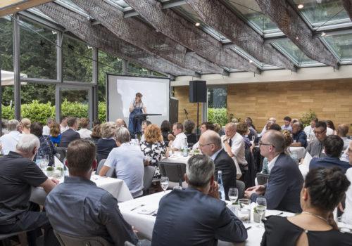 Verlegerin Claudia Weinbrenner-Seibt begrüßt 160 Gäste aus Industrie, Architektur und Innenarchitektur, ...